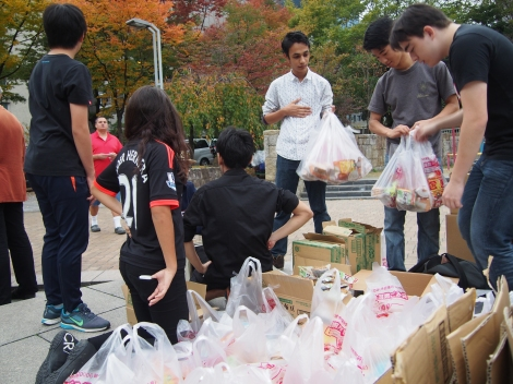 Klargjøring av matposer med studenter fra en kristen internasjonal skole